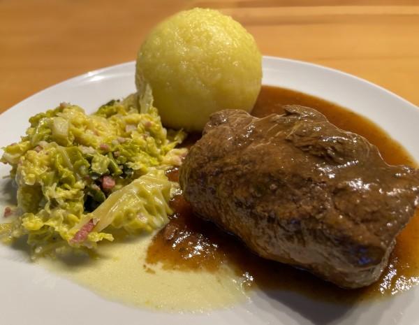 Rinderroulade mit 2 Klößen, Wirsinggemüse & Soße - aus Aßmann's